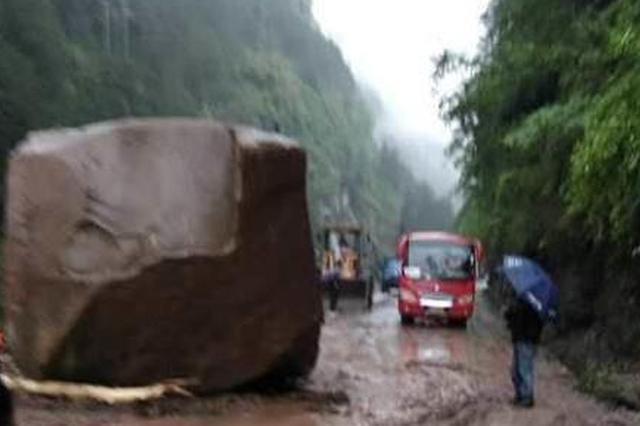 重庆一道路三块巨石滚落 交通被阻断