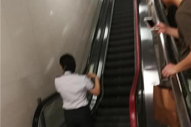 轨道沙坪坝站一电扶梯发生故障 市民紧急翻越扶手