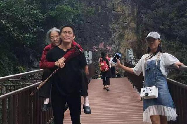 """重庆男子背90岁母亲看马拉松赛刷爆""""朋友圈"""""""