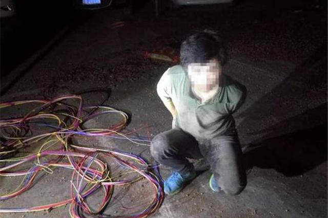 男子深夜偷线缆被发现 躲车底却被卡住了……