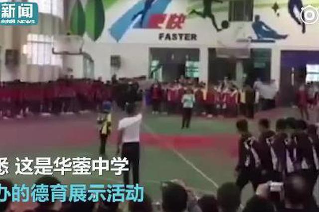 重庆一中学现最牛跳绳 240人甩绳1人连跳158个