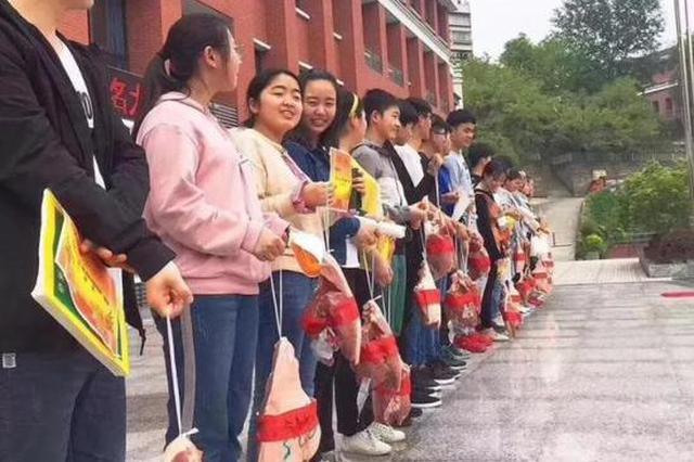 """期待""""金膀提名""""!重庆一所中学给高分学生发猪腿"""