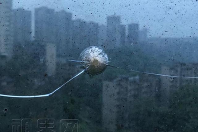 """惊!居民楼玻璃惊现""""弹孔"""" 弹从何来?"""