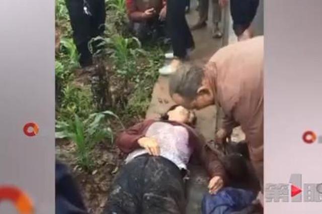重庆一客车侧翻 路边树木被撞断多人受伤