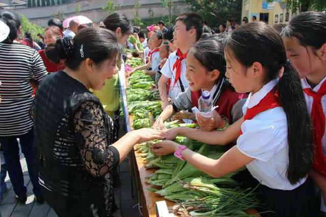 重庆小学生校园里种下蔬菜 还搞了个展销会
