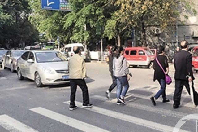 """重庆没有红绿灯的斑马线 让司机""""很受伤""""?"""
