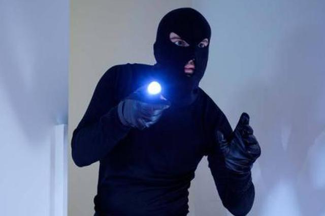 这对男女用面包作掩护盗手机 你们已经遭警方盯上了