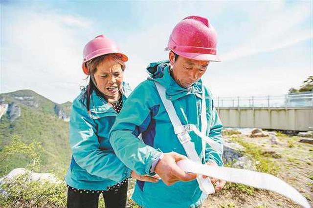 重庆悬崖上的夫妻保洁员 每一次工作都步步惊心