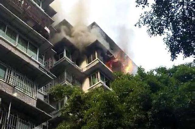 大渡口区一居民楼突发火灾