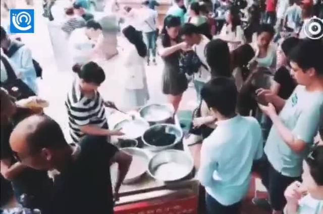 """""""好吃狗""""打卡八一路 重庆小吃一样火辣"""