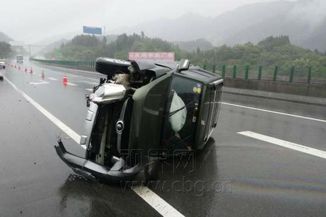 """驾驶不当引发""""水滑"""" 车辆飞出一百多米"""