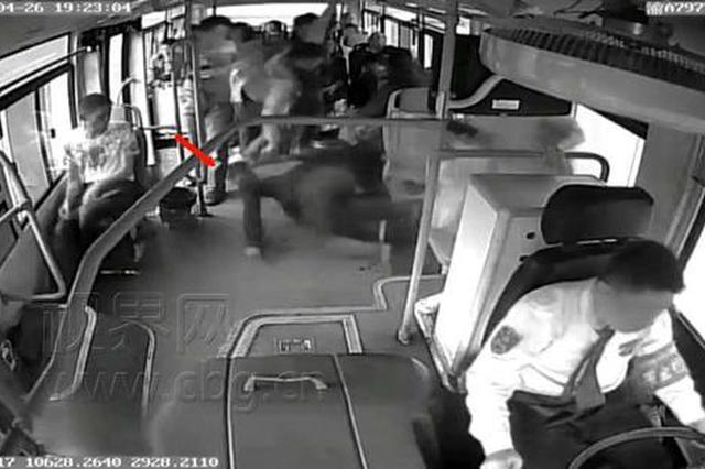 重庆:男子食管胃底静脉破裂 公交上狂吐鲜血
