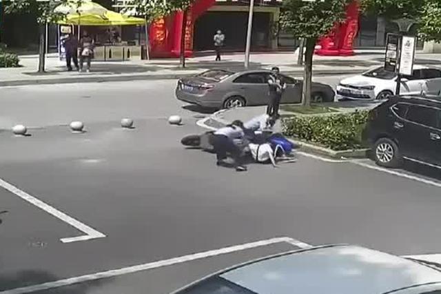 涉毒人员从警方手里抢夺同伙 重庆民警飞身扑摩托