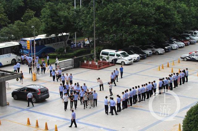 重庆警方湖北打掉制假信用卡诈骗团伙 抓获58人