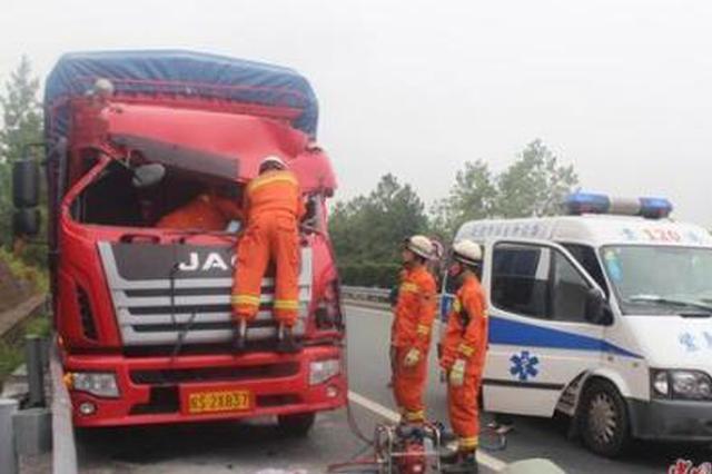 G65包茂高速出城方向一货车和拖挂车追尾 致2死2伤