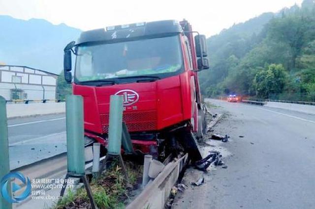 惊险!司机打瞌睡 运煤车顶着高速护栏前行200米