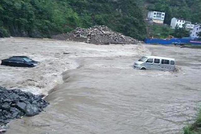 昨夜巫溪出现强降雨河水猛涨 今晨两汽车落入河中