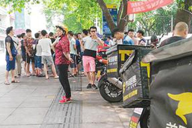 重庆南坪百余骑手罢送 美团这是怎么了?
