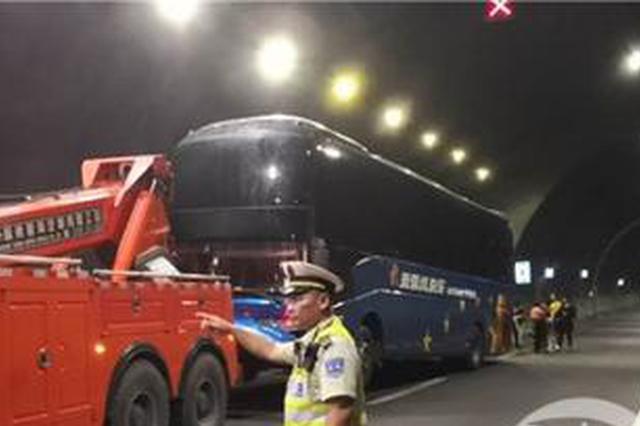 好危险!大巴车隧道冒烟 一些乘客还在乱穿乱跑