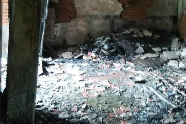 沙坪坝一小区发生火灾 屋子已烧得面目全非