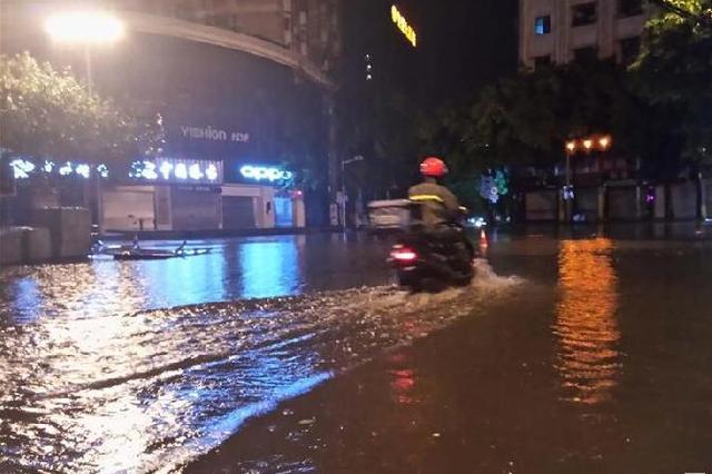 暴雨袭击重庆主城 部分路段积水淹过膝盖(图)
