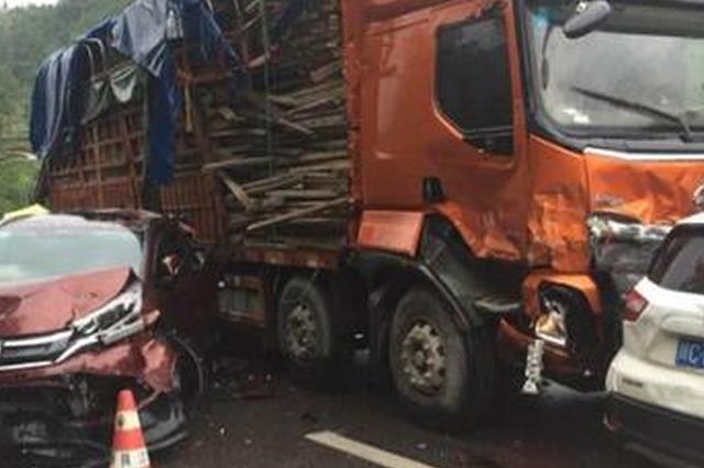 现场:G50沪渝高速11车追尾 车辆受损严重