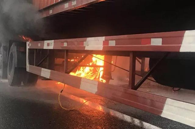 虎头岩隧道内一机动车着火 现场交通受阻
