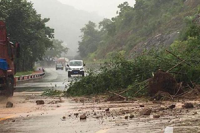 綦江一国道出现山体滑坡 路政部门建议绕行