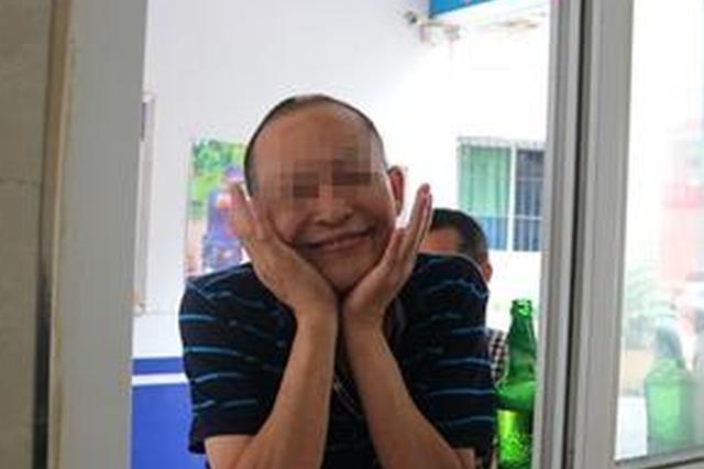 重庆两男子喝酒喝到派出所 还对民警卖起了萌