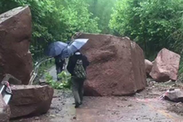 巴南圣灯山一陈路危岩突然崩塌 幸无人员伤亡