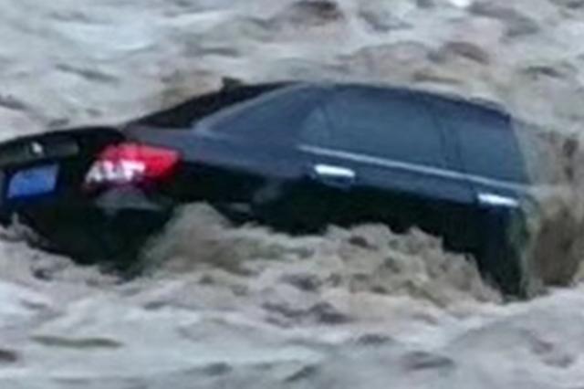连续强降雨!巫溪多地暴发山洪 3辆轿车被冲入河中