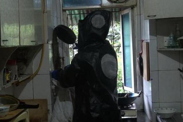 上千蜜蜂闯入居民家筑巢 消防提醒发现蜂群勿自行处理