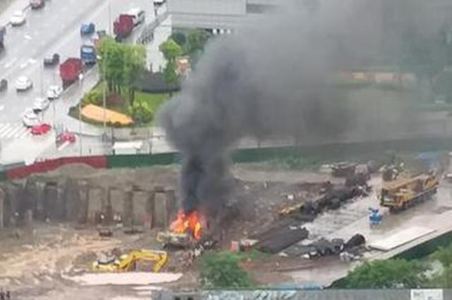 现场:渝北区民心佳园旁一工地内打夯机发生自燃