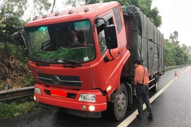 危险!重庆高速路上一货车翻着头行驶 执法人员吓傻