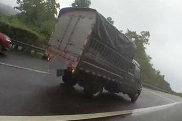 货车高速路行车道抛锚 执法人员推车转移