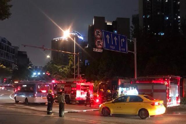 渝中区一公交车撞上限高杆 气瓶移位天然气泄漏