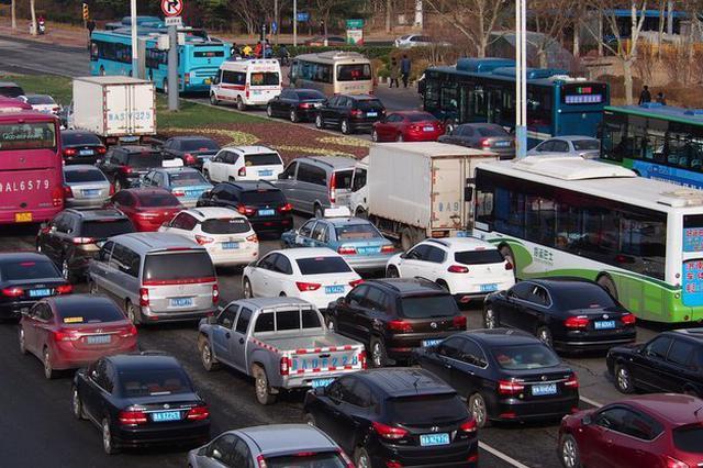 私家车和公交车竞速 主城早高峰私家车跑不赢公交