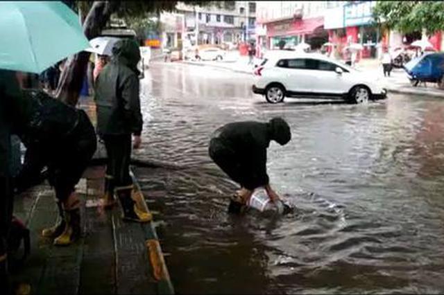 涪陵这段路今年淹了4次 一夜暴雨道路又成小溪