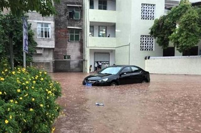 """洪水""""突袭""""重庆开州一中学 车辆课桌泡水中"""
