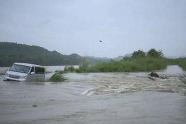 险!6人驱车河滩放生 电站泄洪被困江中