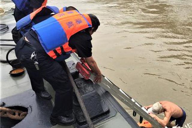 嘉陵江进入汛期 八旬老伯游泳险遇意外