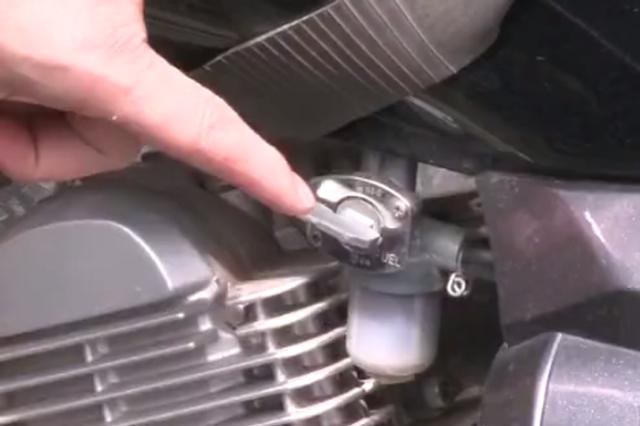 重庆:女司机跑网约车嫌油耗高 凌晨小区车库里偷油