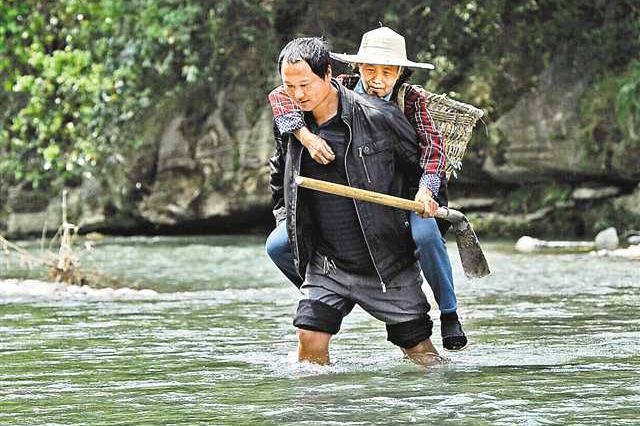 祖孙三代接力背路人过河 半个世纪铸成爱心桥