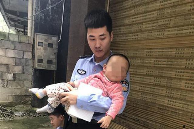重庆一住宅楼起火浓烟滚滚 民警破门救出1岁女童