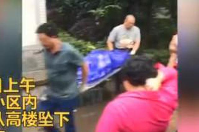 现场:重庆一名40岁左右男子在小区从高楼坠亡