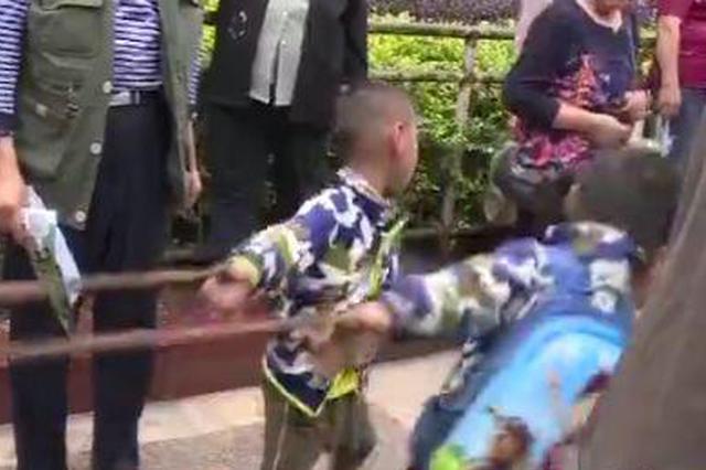 有人光天化日卖小孩?两个小孩被老人用绳子绑着