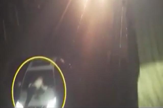 重庆:夫妻吵架丈夫在汽车引擎盖上趴了4公里