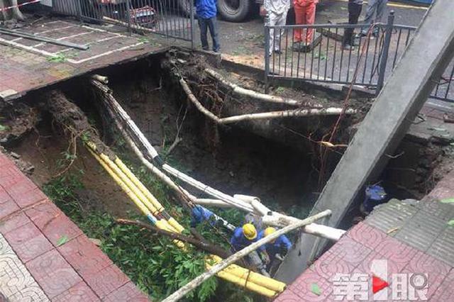 突发!南岸区上新街一段人行道发生塌陷
