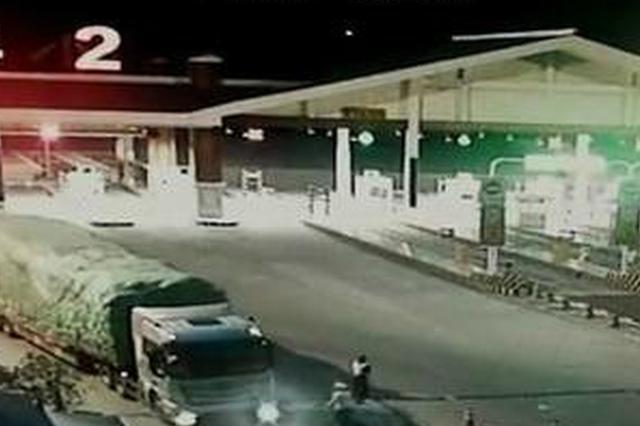 重庆:货车冲卡险撞执法人员 司机被重罚