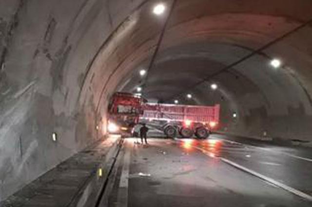 监控拍下挂车连撞隧道瞬间 车头擦出火花